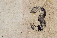 Liczba trzy 3 na betonowej ściany tle Obraz Royalty Free