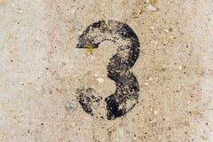 Liczba trzy 3 na betonowej ściany tle Zdjęcie Royalty Free