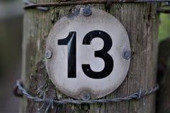 Liczba 13 w okr?g kszta?tuj?cej desce zdjęcia stock