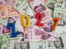 liczba 2021 w plastelina kolorach na meksykańskich banknotach różnorodni wyznania, Obraz Stock