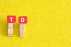 Liczba 10 wystawiająca na żółtym tle Zdjęcie Stock