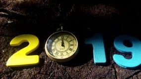 Liczba 2019 z zegarową wskazującą północą zbiory