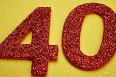 Liczby czterdzieści czerwony kolor nad żółtym tłem rocznica obraz stock