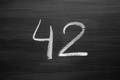 Liczby czterdzieści dwa wyliczenie pisać z kredą zdjęcie royalty free