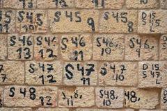 Liczby i listy utożsamiają rozkaz kamienni bloki ostatnio rekonstruujący jako część renovatio zdjęcie royalty free