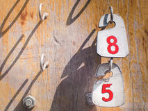 Liczby 8, 5 na etykietkach wiesza w stary drewnianym i Obraz Royalty Free