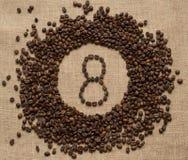 Liczby od kawowych fasoli na burlap tle Obrazy Royalty Free
