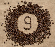 Liczby od kawowych fasoli na burlap tle Zdjęcie Stock