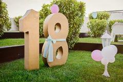 Liczby osiemnaście złocisty kolor nad zieloną trawą szampańskiej wystroju dekoraci puści szkła nad partyjnym jedwabiu dwa biel Zdjęcia Stock