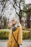 ?liczna blondynka chodzi w jesie? parku obrazy royalty free