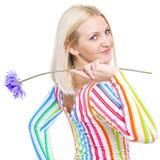Śliczna blondynka z purpurowym kwiatem Zdjęcie Stock