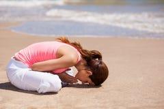 Śliczna brunetka medytuje outdoors Fotografia Stock