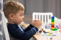 ?liczna ch?opiec robi preschool malowa? i pracie domowej obraz royalty free