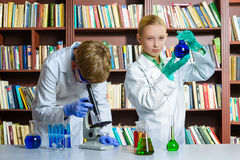 Śliczna chłopiec i dziewczyna robi biochemiom badamy wewnątrz Obraz Royalty Free