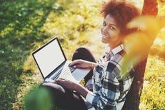 Śliczna czarna dziewczyna z laptopem Zdjęcia Royalty Free