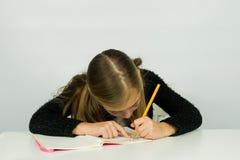 Śliczna dziewczyna robi jej pracie domowej Obraz Royalty Free