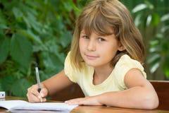 Śliczna dziewczyna robi lekcjom Obrazy Royalty Free
