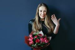 Śliczna dziewczyna z bukietem czerwoni tulipany Obraz Royalty Free