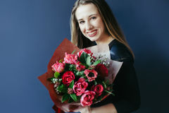 Śliczna dziewczyna z bukietem czerwoni tulipany Zdjęcie Royalty Free