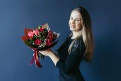 Śliczna dziewczyna z bukietem czerwoni tulipany Obrazy Royalty Free