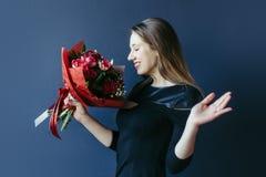 Śliczna dziewczyna z bukietem czerwoni tulipany Obraz Stock