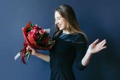 Śliczna dziewczyna z bukietem czerwoni tulipany Zdjęcia Royalty Free