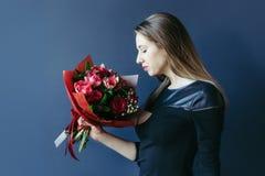 Śliczna dziewczyna z bukietem czerwoni tulipany Fotografia Stock