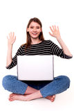 Śliczna kobieta z peceta dobre'u wieści zapasu ręka Podnoszącym wizerunkiem Zdjęcie Royalty Free