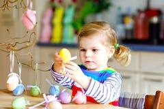 ?liczna ma?a berbe? dziewczyna dekoruje drzewnego konar z barwionymi pastelowymi plastikowymi jajkami Szcz??liwy dziecka dziecko  obraz royalty free