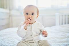 ?liczna ma?a dziewczynka z toothbrush w pyjamas na ? fotografia stock