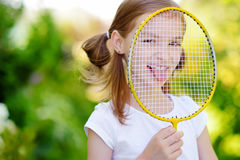 Śliczna mała dziewczynka bawić się badminton outdoors Obrazy Stock