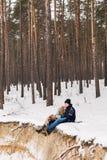 Śliczna para w zima lesie na koc na piaska urwisku Obrazy Royalty Free