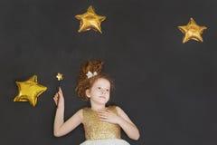Śliczna princess dziewczyna marzy na chalkboard tle z golem Zdjęcie Royalty Free