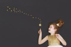 Śliczna princess dziewczyna marzy na chalkboard tle z golem Fotografia Royalty Free