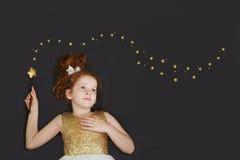 Śliczna princess dziewczyna marzy na chalkboard tle z golem Obraz Stock