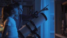 ?liczne siostry ogl?da gwiazdy z teleskopem fotografia royalty free