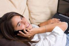 ślicznego telefonu target210_0_ kobiety potomstwa Obraz Stock