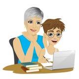 Ślicznego wnuka pomaga babcia używać laptop Obrazy Royalty Free