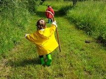 Śliczni berbecie biega na rolnej drodze z kijem Fotografia Royalty Free