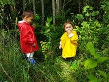 Śliczni berbecie podnosi lasowe jagody Zdjęcia Royalty Free