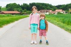 Śliczni dzieciaki outdoors Zdjęcia Stock