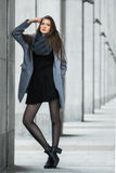 Śliczni dziewczyna stojaki na tle budynek Obraz Stock