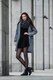Śliczni dziewczyna stojaki na tle budynek Zdjęcia Royalty Free