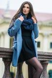 Śliczni dziewczyna stojaki na tle budynek Zdjęcie Stock
