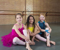 Śliczni młodzi tancerze przy tana studiiem Zdjęcia Stock