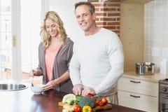 Śliczni pary przecinania warzywa Zdjęcia Stock