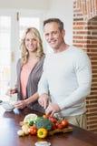 Śliczni pary przecinania warzywa Zdjęcie Royalty Free