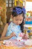 Śliczny azjatykci dziewczyna obrazu kolor na tynk statui Obrazy Royalty Free