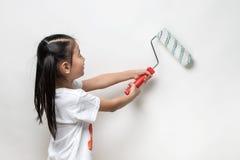 Śliczny azjatykci dziewczyny mienia farby rolownik Zdjęcie Stock