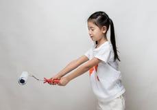 Śliczny azjatykci dziewczyny mienia farby rolownik Obraz Stock